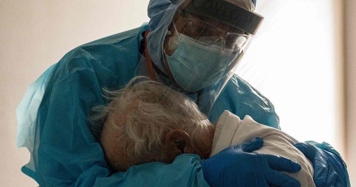 200371fe 3397 11eb 8d89 a7d6b31c4b8a image hires 164557 e1606851323491.jpg?resize=412,232 - Covid-19 : la photo touchante d'un médecin enlaçant un patient âgé