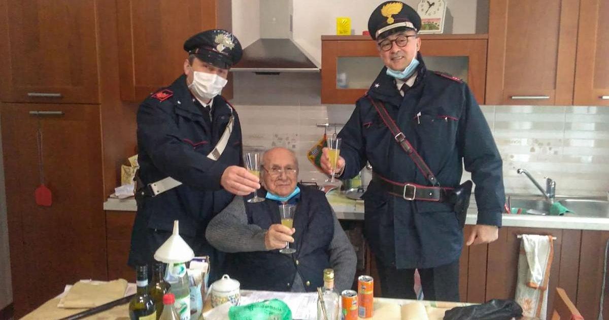 allein an weihnachten e1609202842297.jpg?resize=412,232 - Un italien de 94 ans appelle les gendarmes pour trinquer le jour de Noël