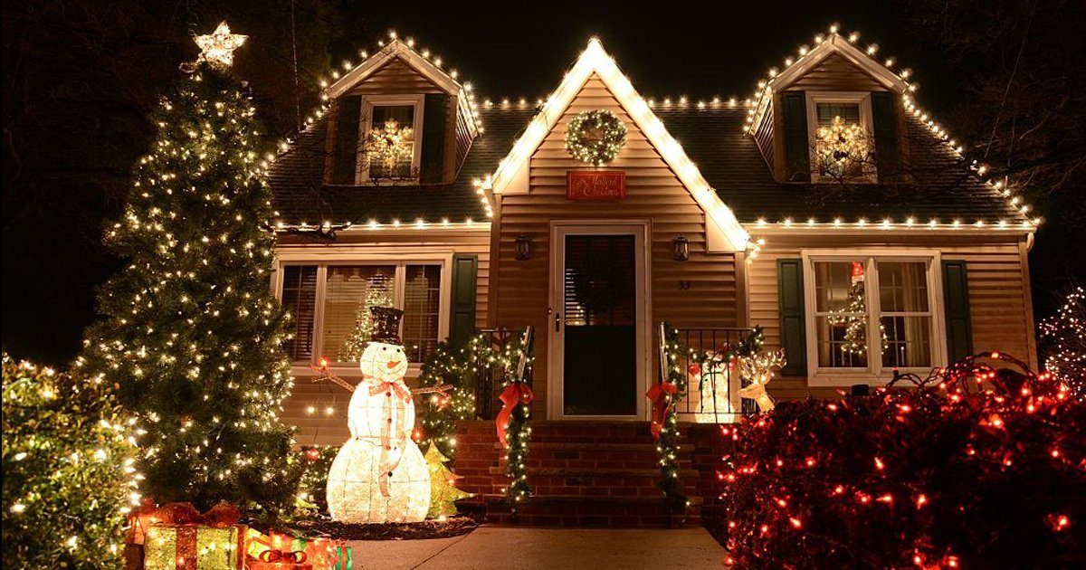 ererer 1.jpg?resize=1200,630 - Anonymous Letter Dubs Neighbor's Christmas Lights As 'Harmful' & 'Reminder Of Division'