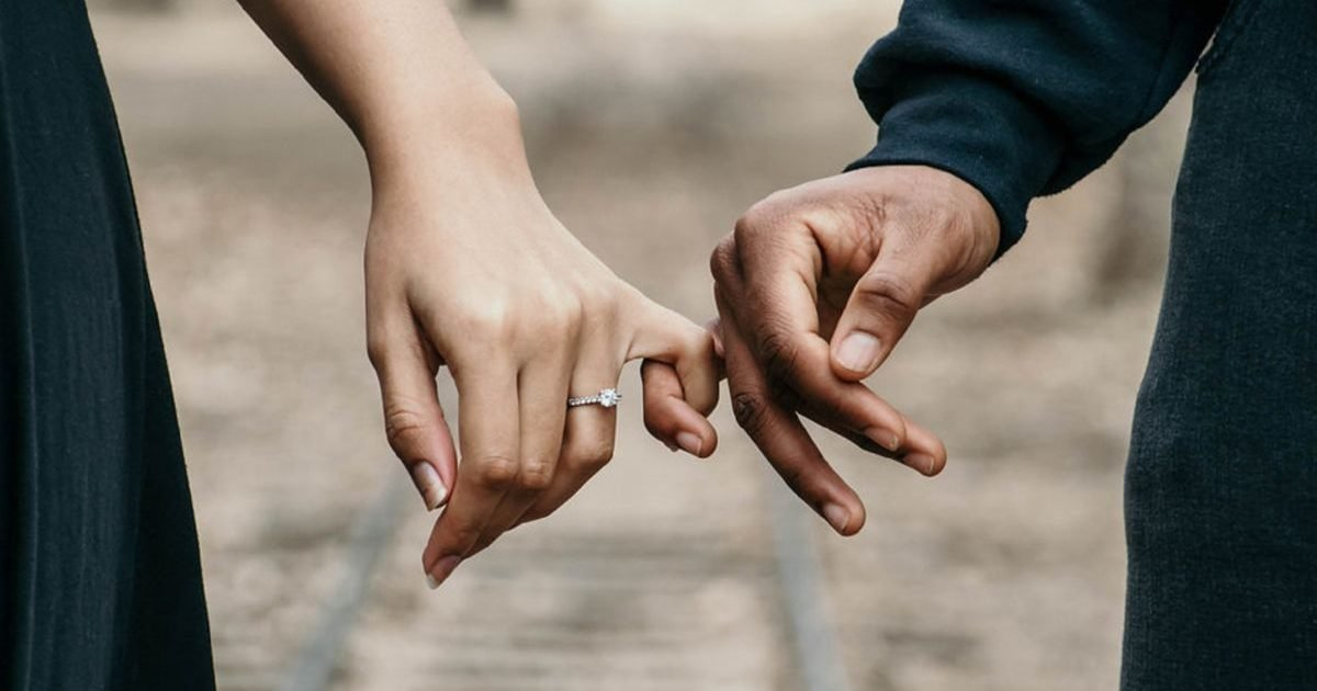 femme actuelle e1606930393364.jpeg?resize=412,232 - Quels signes astrologiques ont du mal à trouver l'amour ?