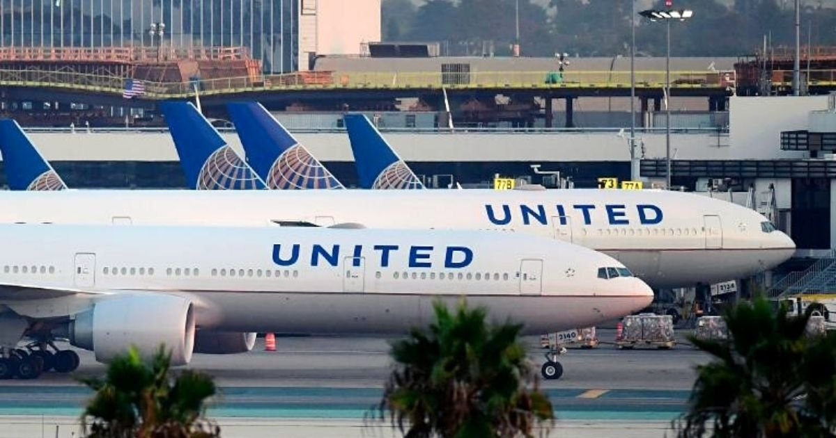 flight7.jpg?resize=412,232 - Chaotic Scenes After Passenger Died Onboard A United Airlines Flight While Others Performed CPR Despite Risk Of Catching Coronavirus