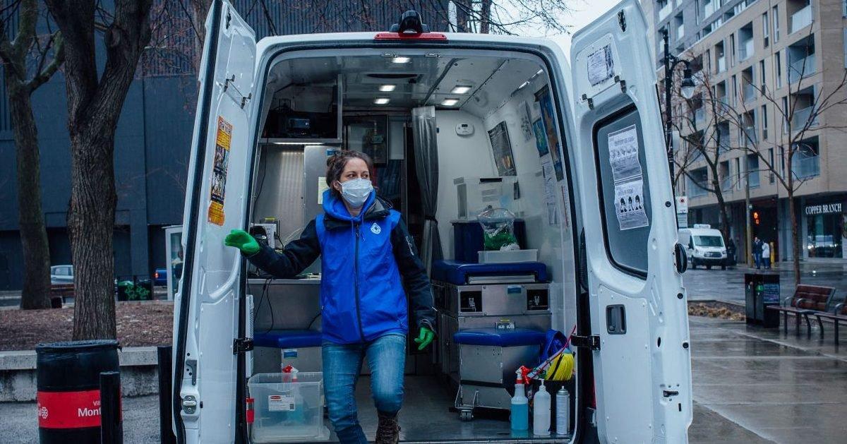 image 5 e1608340497998.jpg?resize=412,232 - Berlin : elle soigne les chiens des sans-abri dans son camion-clinique