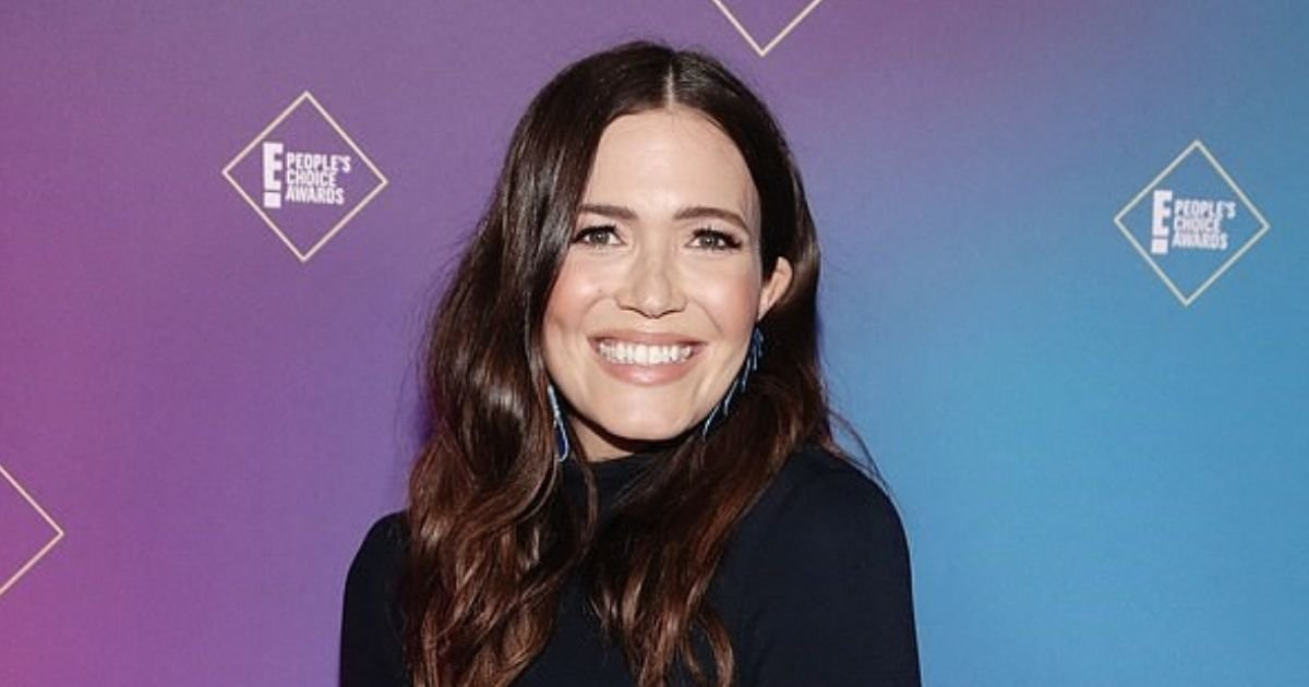 mandy6.jpg?resize=1200,630 - Pregnant Mandy Moore Shows Off Seven Month Baby Bump In A New Mirror Selfie
