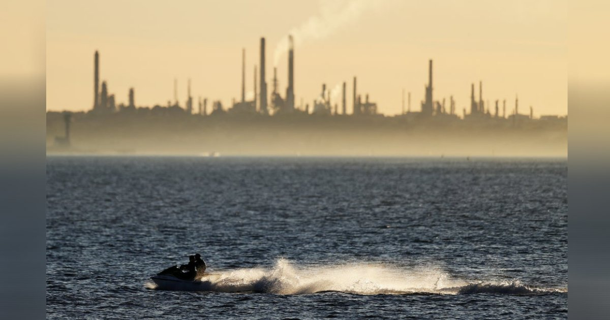 titulo 98.png?resize=1200,630 - Lo Detuvieron Por Cruzar El Mar Entre Irlanda Y Escocia En Moto De Agua Para Ver A Su Novia En Cuarentena