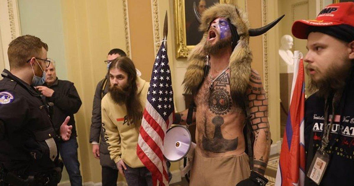 1 81.jpg?resize=1200,630 - 'Chamán Vikingo' Que Asaltó El Capitolio Se Niega A Comer Porque En Prisión Porque No Le Dan Alimentos Orgánicos
