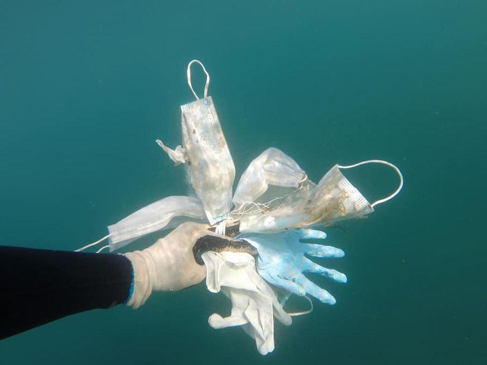 Contaminación: El vídeo que muestra cómo mascarillas y guantes llegan hasta el fondo del Mediterráneo   Vídeos   EL PAÍS
