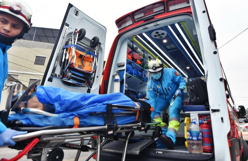 Pacientes pasan hasta 18 horas en camilla de una ambulancia en Ecuador |  Informes | Noticias | El Universo