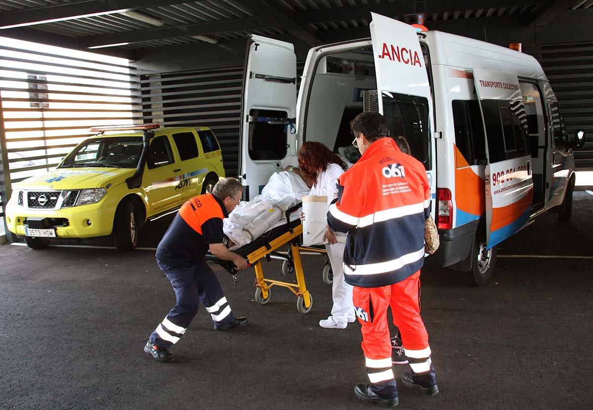 Pacientes ingresados en el Hospital son trasladados en ambulancia por el  exterior del edificio de un servicio a otro al no contar con un ascensor  monta-camas | Diario Ronda