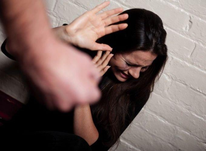 Hombre golpea a mujer frente al Casino Winpot