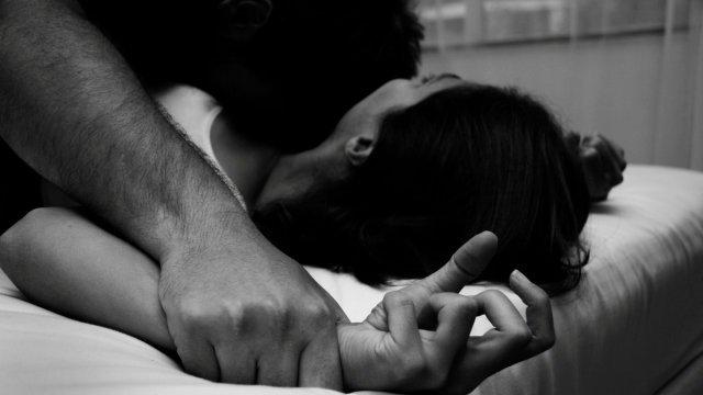 Guardia de bar abusó de compañera tras ofrecerse a llevarla a casa –  Noticias Ya