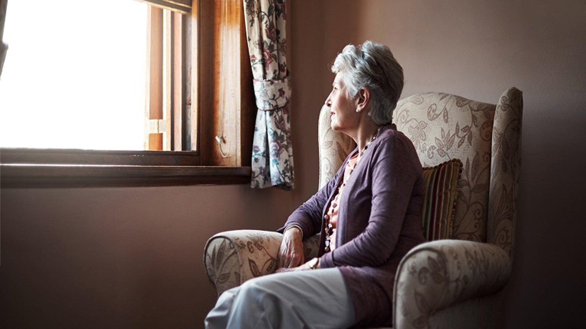 Día del Abuelo: los adultos mayores pasan solos más de la mitad de sus horas despiertos - Infobae