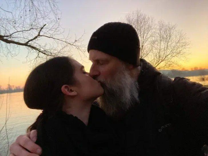 Chica inició una relación con un profesor que vio en YouTube. Los 27 años  de diferencia no la frenan | Upsocl