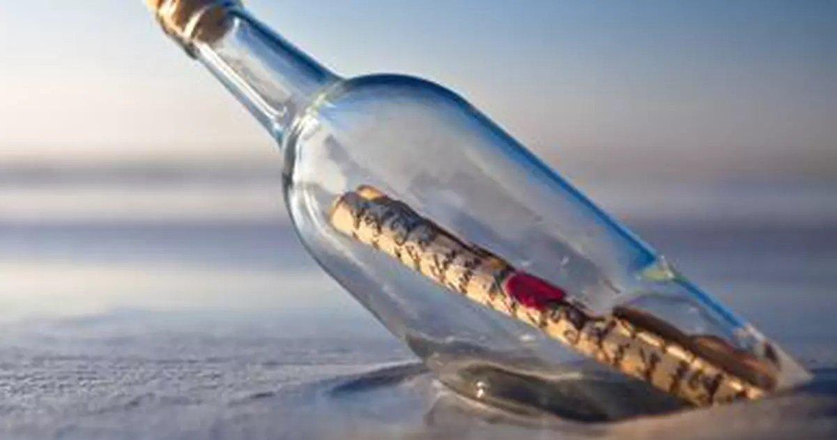 6 bouteille.jpg?resize=1200,630 - Belle histoire: un kite-surfeur a trouvé une bouteille jetée à la mer qui contenait un trésor