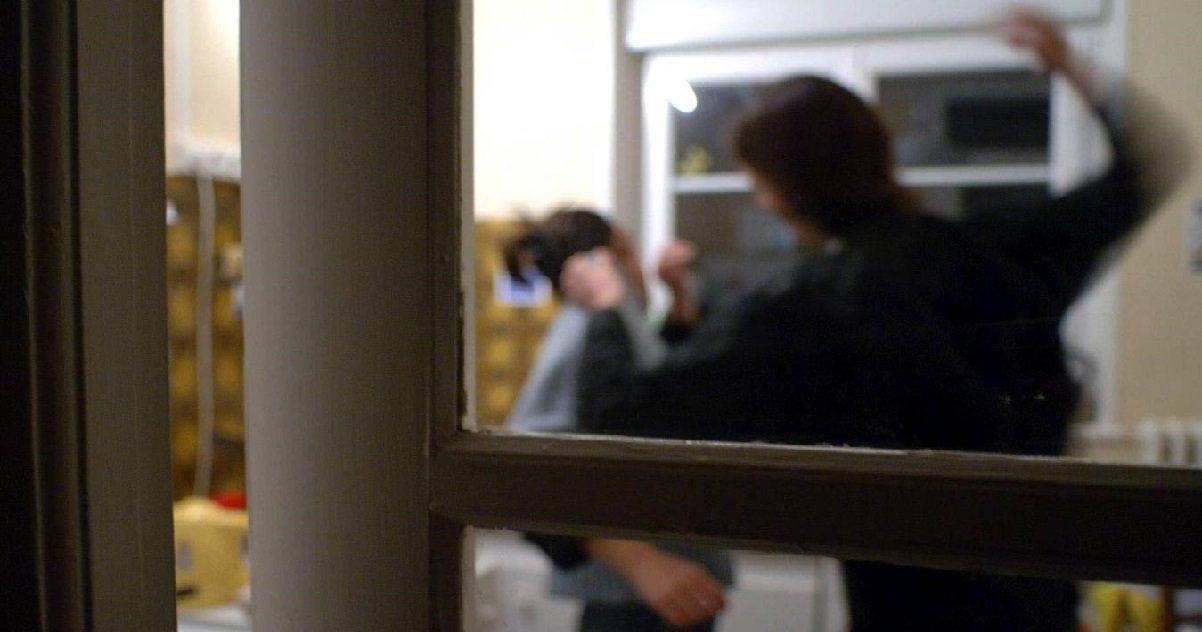 6 fen.jpg?resize=1200,630 - Pas-de-Calais: pour éviter les coups de son mari violent, une femme a sauté par la fenêtre