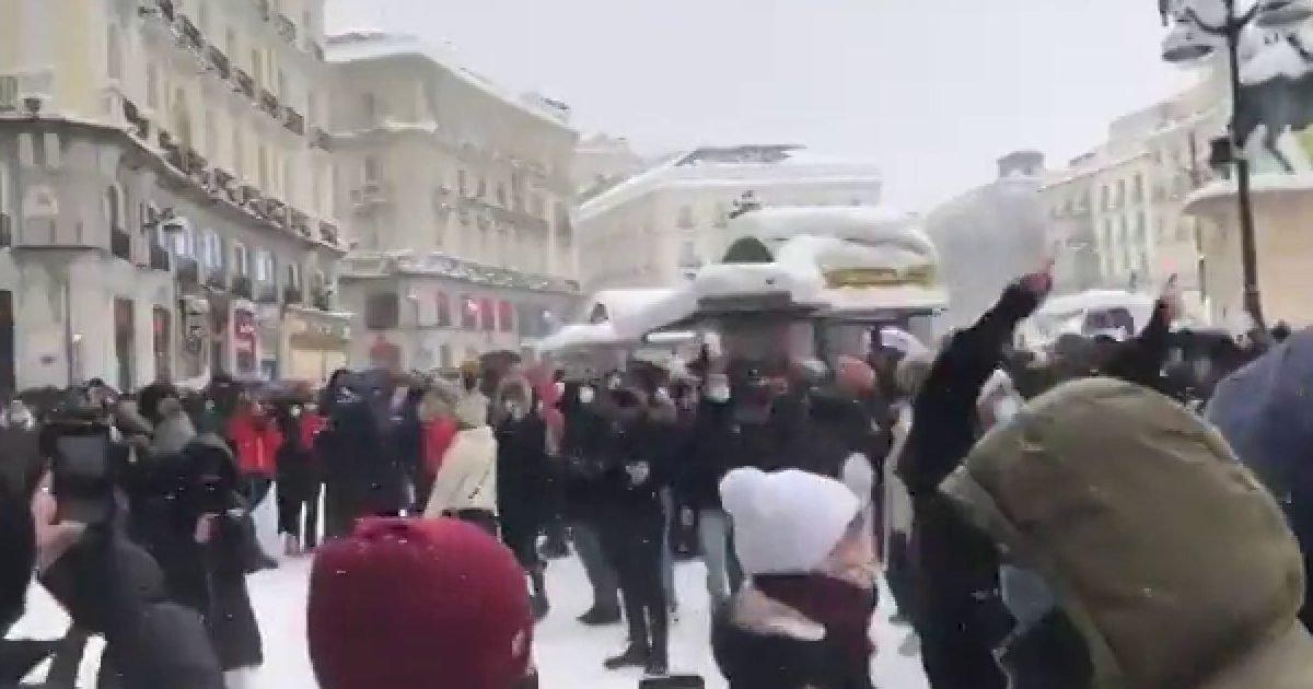 69 e1610428105108.jpg?resize=1200,630 - Une bataille de boules de neige improvisée dans les rues de Madrid