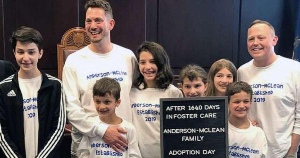 adoption1 ht ml 190529 hpmain 16x9t 1600 e1609863871857.jpg?resize=412,232 - Etats-Unis : deux pères adoptent six frères et soeurs