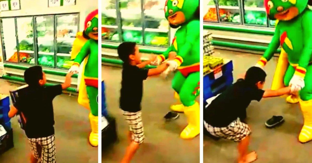 "articulosportadas 63.png?resize=1200,630 - Mascota De Supermercado Ocasiona Una ""Pelea"" Con Un Niño Que Se Le Acercó"