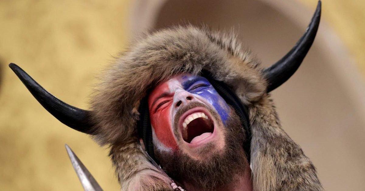 "ba94fa2cf9243d2ed709f9adeb8cc95f e1610080748934.jpeg?resize=1200,630 - Washington : qui est Jake Angeli, le ""shaman de QAnon"" ?"