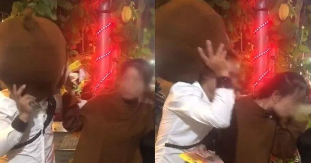 kigurumi kiss.png?resize=412,232 - 「着ぐるみ」を着てキャンディーを売るバイトの女性にチューしようとした男