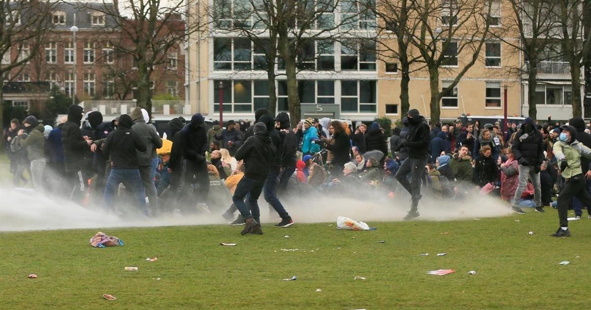 protest against covid 19 restrictions in amsterdam e1611606282959.jpeg?resize=1200,630 - Des manifestations anti-restrictions ont éclaté au Danemark et aux Pays-Bas
