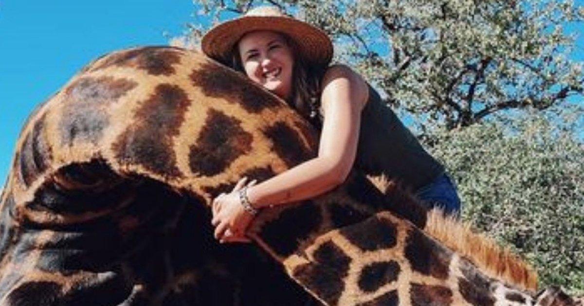 1 194.jpg?resize=412,275 - Mujer Caza Una Jirafa Y Posa Con El Corazón Del Animal Diciendo Que Así Ayuda A Especies En Extinción