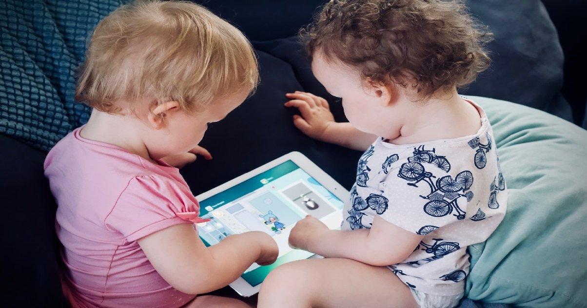 10 twins.jpg?resize=412,232 - Insolite: des parents font tatouer leurs fils jumeaux pour pouvoir les distinguer
