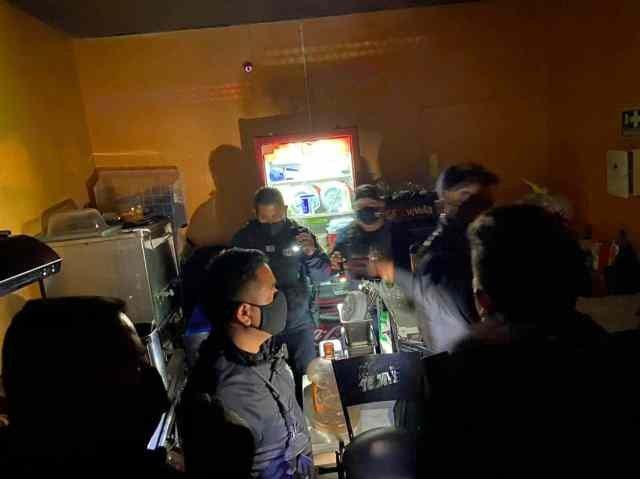 Jóvenes entraban a bar por un refrigerador falso -