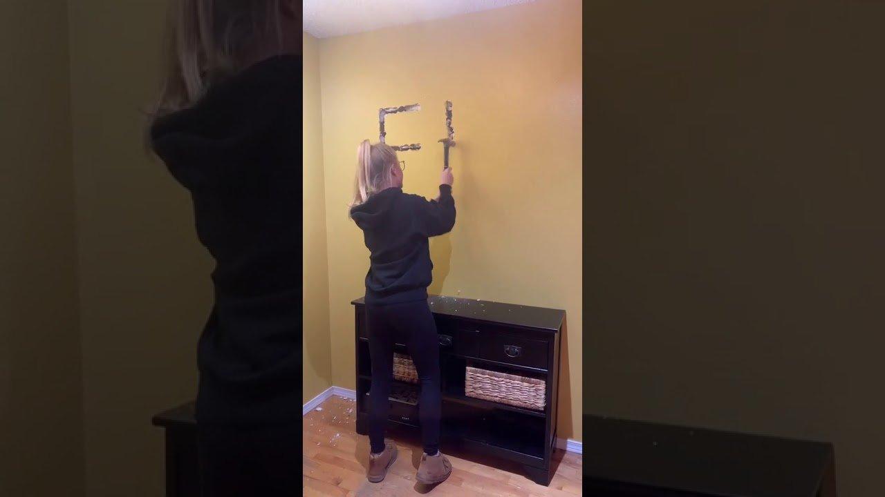 Resultado de imagen de una joven se venga del engaño de su novio dejándole un mensaje a martillazos en su casa