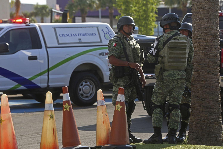 Agentes federales acordonan la zona donde ocurrió un ataque en Zapopan el pasado domingo.