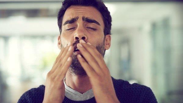 Resultado de imagen de hombre estornuda auto
