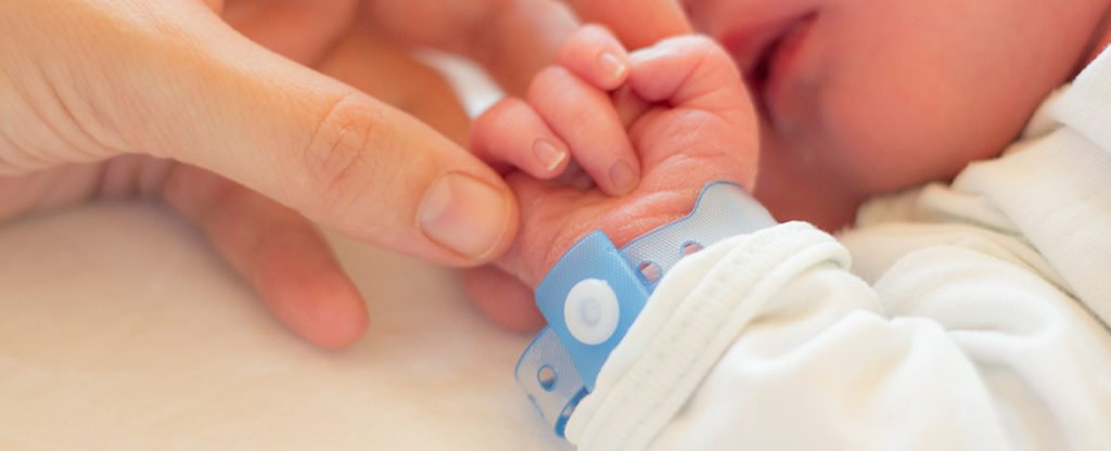 Resultado de imagen de doctor vende a un bebé recién nacido porque sus padres no podían pagar