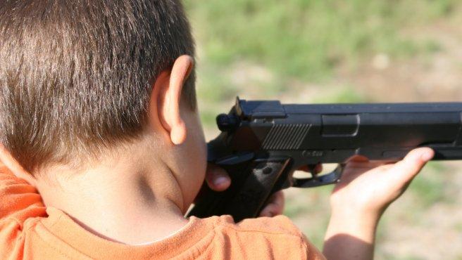 Resultado de imagen de niño arma