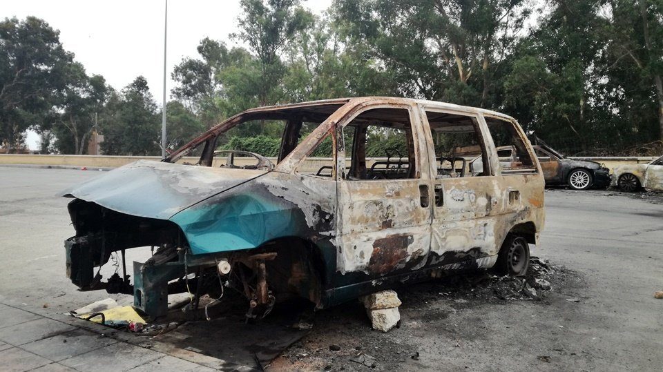 Resultado de imagen de minivan quemada