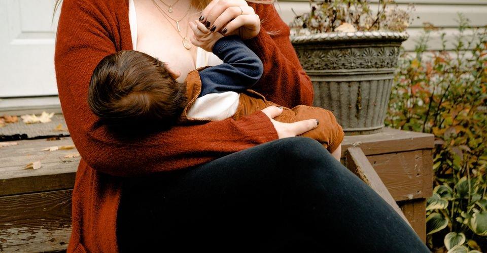 secretly breastfeeding