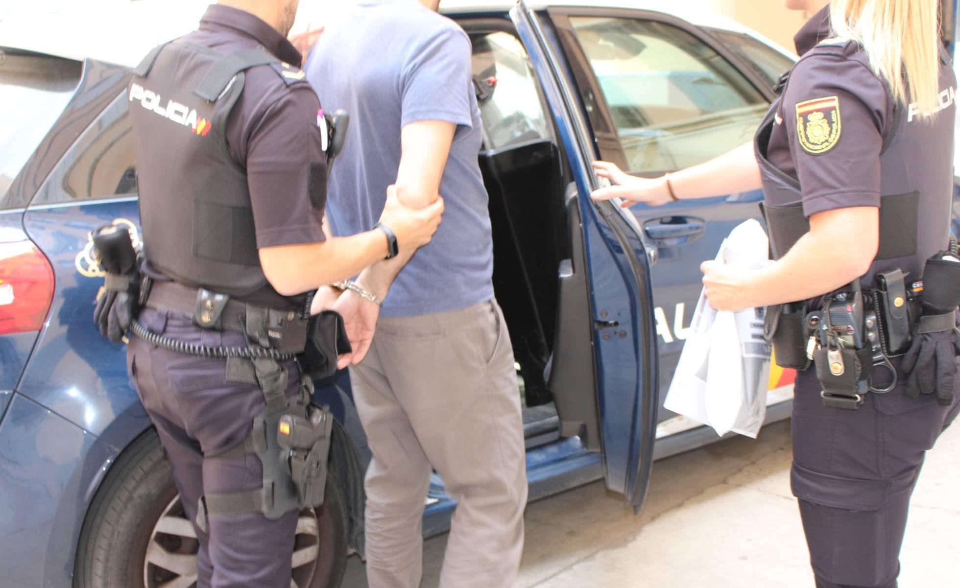 Odio: Detenido en Barcelona un hombre por vejar e incitar al odio contra una profesora de Marruecos | Público
