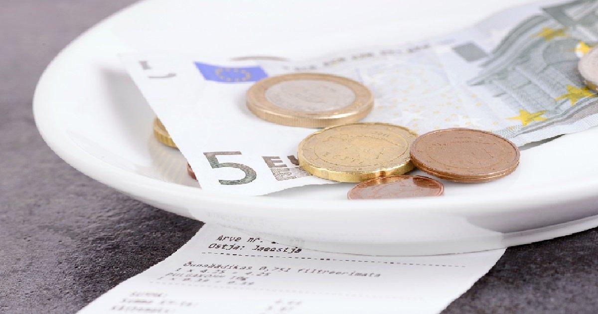 8 tips.jpg?resize=412,232 - Un homme laisse un curieux message et 1000 euros de pourboire à un restaurant