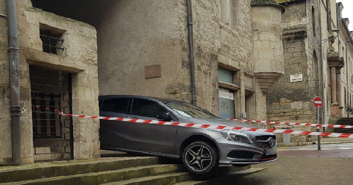 9 dole.jpg?resize=1200,630 - Jura: comment une conductrice a coincé sa voiture dans des escaliers ?