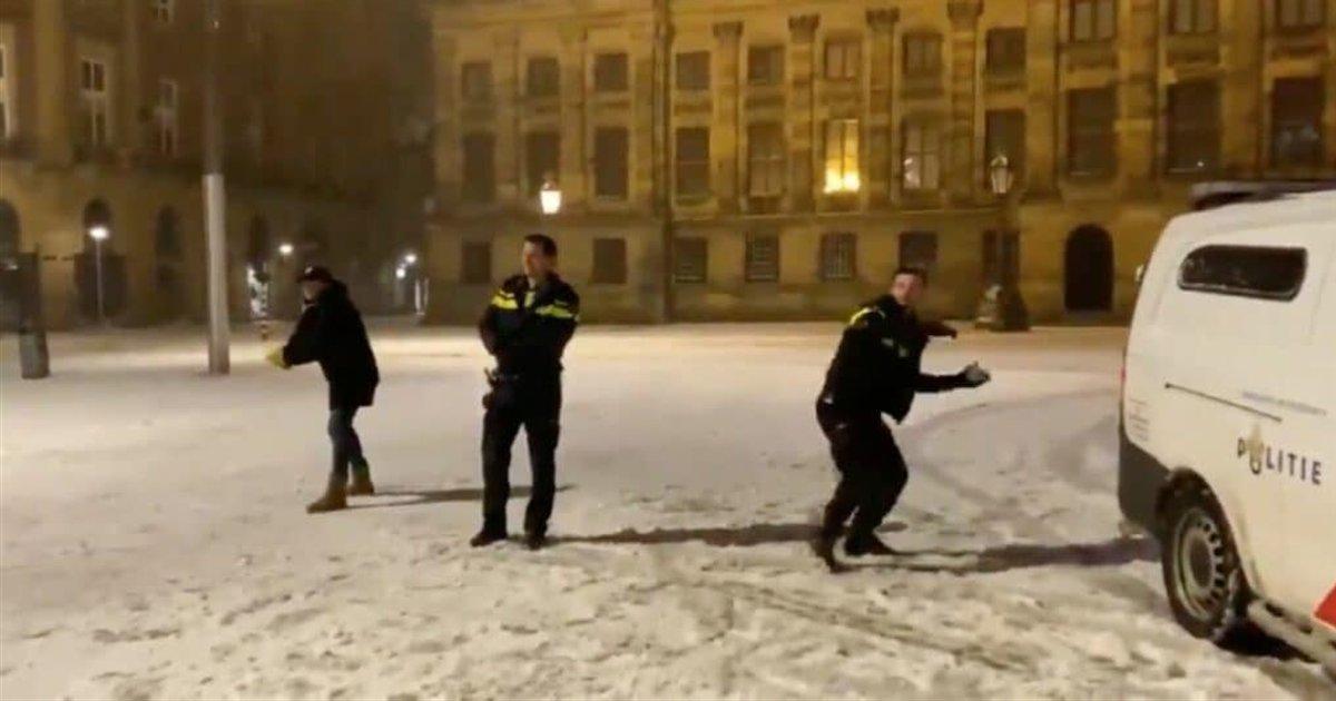 bataille boules de neige.png?resize=1200,630 - Amsterdam : une bataille de boules de neige a éclaté entre les riverains et la police