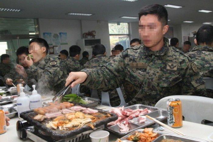 """아들 생각나""""···식당서 군인들 먹은 것 몰래 계산해주고 간 아주머니 - 인사이트"""