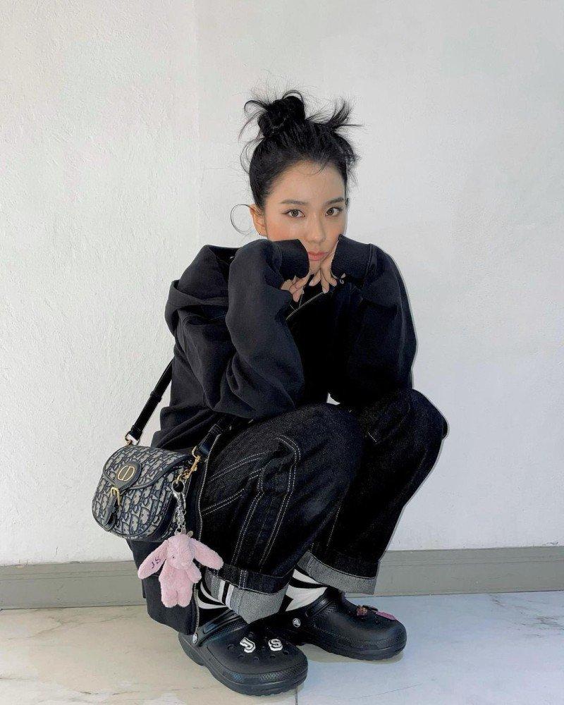 인스타그램] 블랙핑크 지수가 크록스 패션을 다시 불러옵니다! : 네이버 블로그