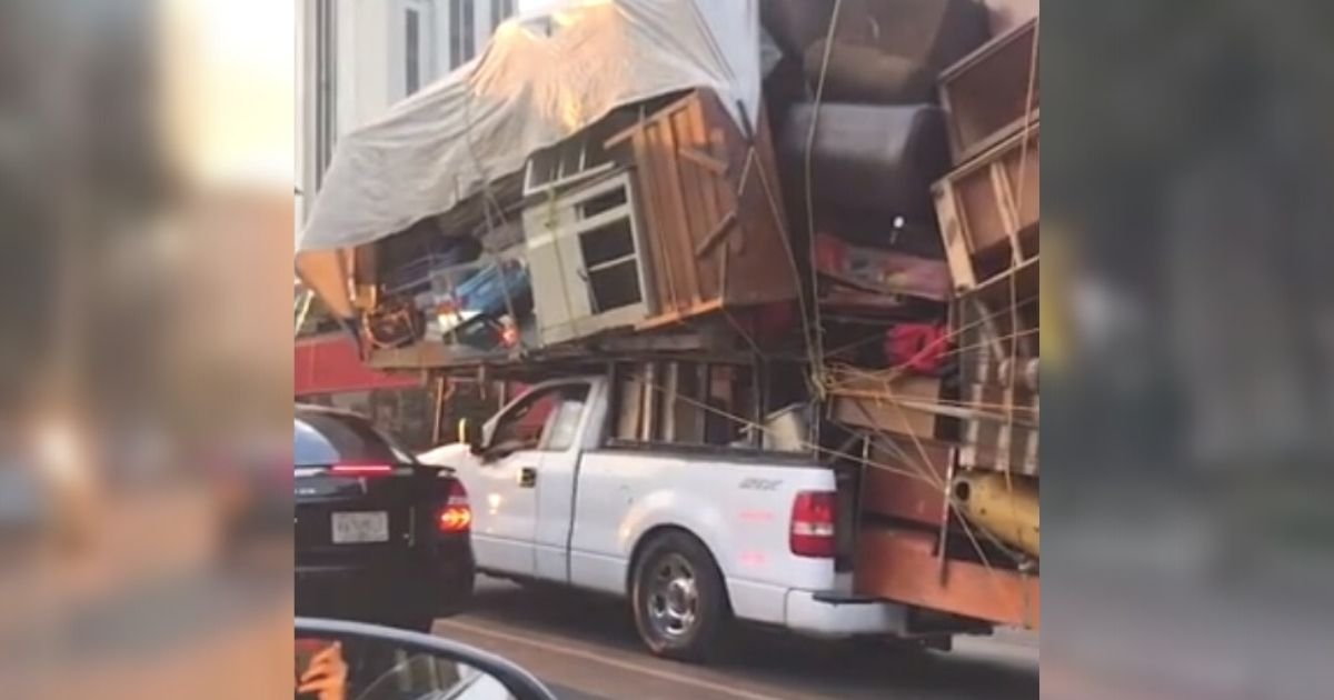 untitled design 8 2.jpg?resize=412,232 - Man Packs His ENTIRE Home On Top Of His Pickup Truck To Save Time While Moving To A New Place