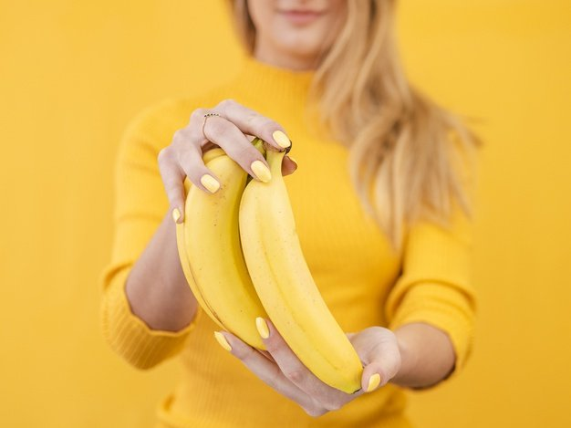 Free Photo | Close-up woman with bananas