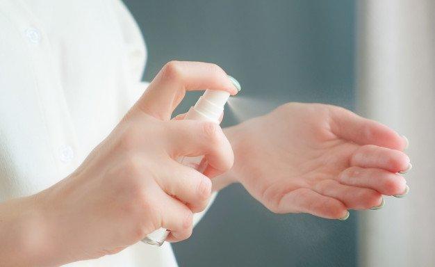여자 손 소독 스프레이를 사용 하여입니다. Covid-19 유행성 코로나 비르. 박테리아와 바이러스로부터 보호.   프리미엄 사진