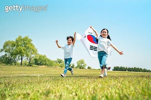 한국인, 어린이 (인간의나이), 초등학생, 유치원생, 태극기, 애국심, 제헌절 (국경일), 광복절 (한국기념일), 개천절  (jv11368145) - 게티이미지뱅크