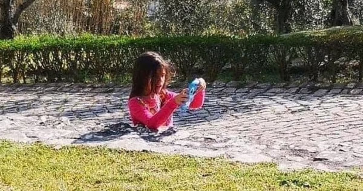girl4 1.jpg?resize=412,275 - Photo Of A Young Girl Baffles The Internet: Can You Solve The Illusion That Left Thousands Of People Desperate For An Explanation?