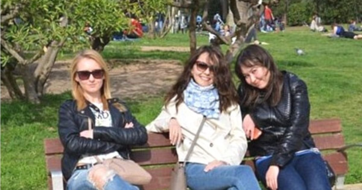 untitled design 7.jpg?resize=1200,630 - How Fast Can You See What's Wrong With This Photo Of Three Girls Sitting On A Bench