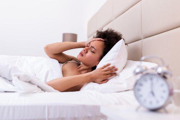 불면증으로 고통 받고 침대에 누워있는 여자 | 프리미엄 사진