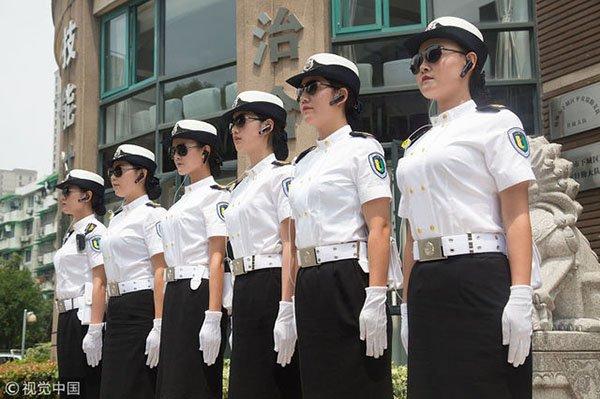 중국 항저우, 미모의 여경 등장...시민들 `눈길`