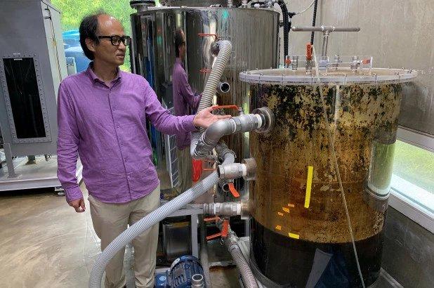 조재원 교수가 실험실 내에 설치된 대변 탱크 옆에 서 있다  / 뉴욕포스트