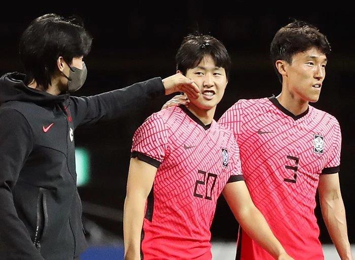 이강인(가운데)과 김진야(우)